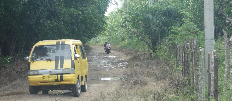 Angkot auf einer Straße in Sumatra