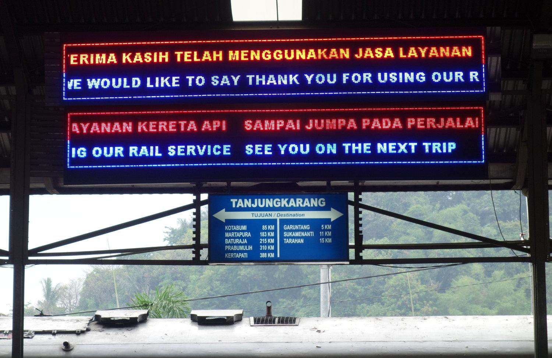Anzeige im Bahnhof Tanjung Karang