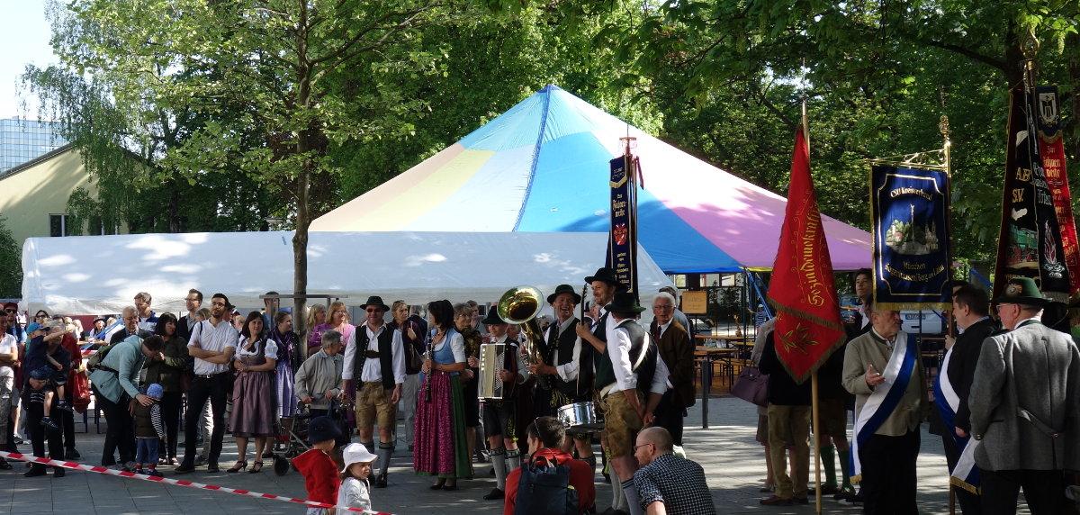 Zuschauer, Musik Heufelder und Vereine mit Fahnen am grünen Markt