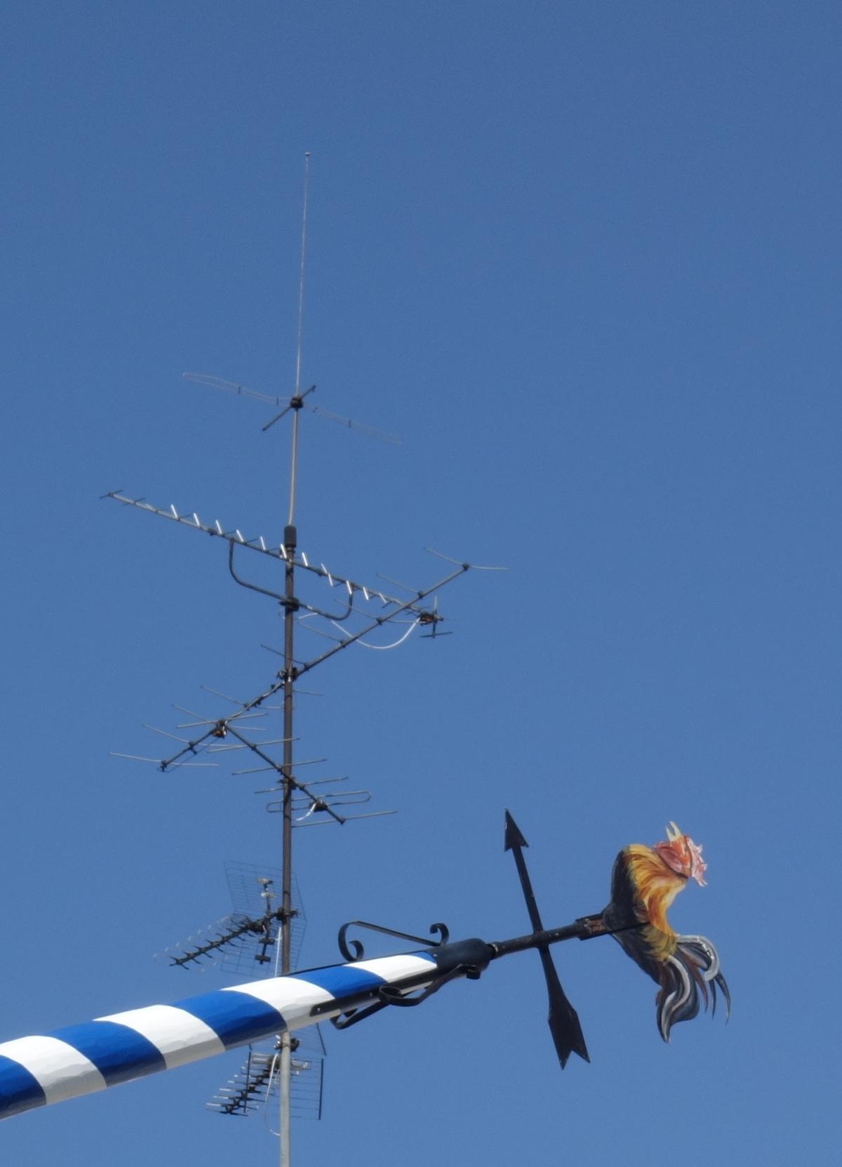 Wetterhahn trifft auf dem Weg zur Spitze einen Antennemast