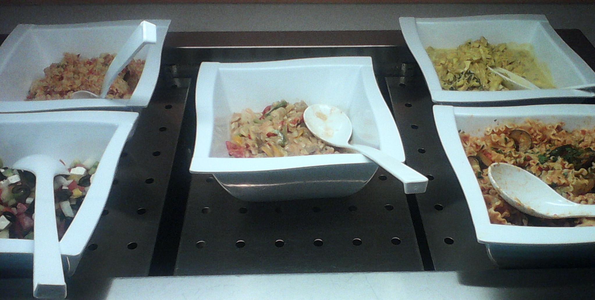 Buffet mit fünferlei Salaten - und das war nicht alles!