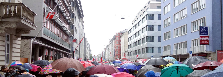 ein Meer an Regenschirmen vor dem Gewerkschaftshaus in der Schwanthaler Straße in München