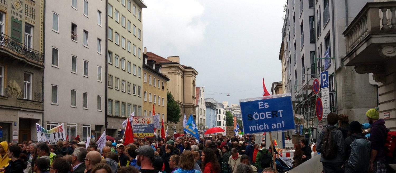 Demonstranten strömen durch die Schwanthalerstraße