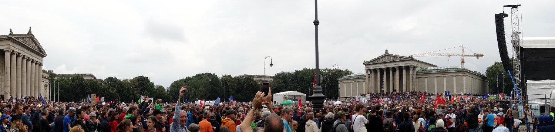 Blick auf den Königsplatz, der voller Demonstranten ist