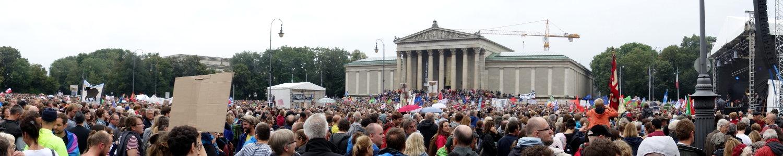 Blick auf die staatliche Antikensammlung des Königsplatzes, voller Demonstranten